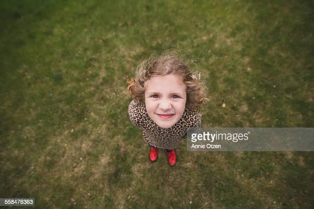 little girl looking up - al centro foto e immagini stock