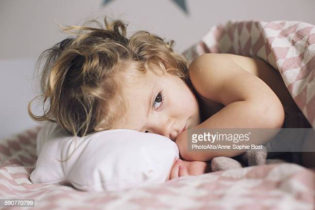 little girl lying down for a nap - maladie photos et images de collection