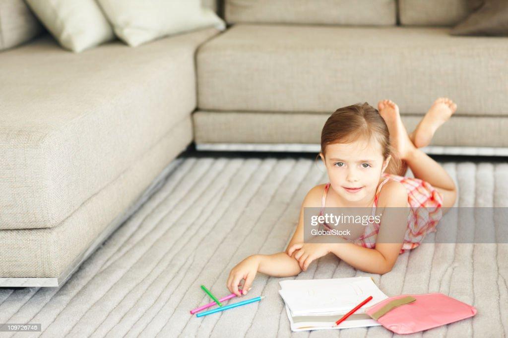 Kleines Mädchen Auf Dem Bauch Liegen Familienzimmer Etage