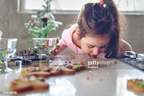 little girl making gingerbread cookies - comida doce imagens e fotografias de stock