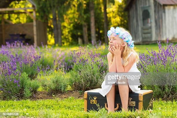 瞑想する少女のラベンダー畑