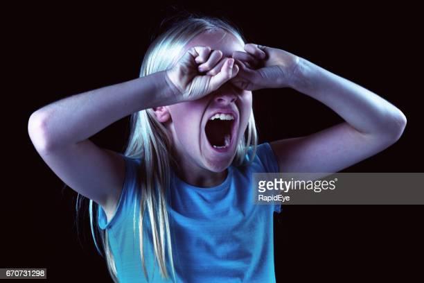 kleine mädchen mund, hände, die augen bedecken: müde oder wütend - girls open mouth stock-fotos und bilder