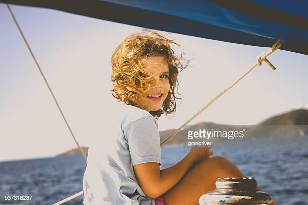 Petite fille sur un voilier