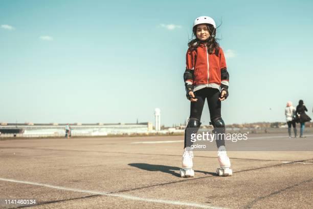 menina em patins de rolo em tempelhofer feld em berlim - patinação esporte - fotografias e filmes do acervo