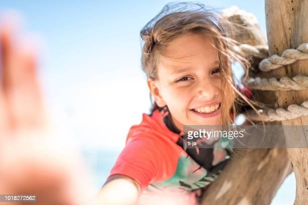 menina na praia  - só uma menina - fotografias e filmes do acervo