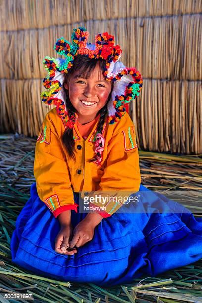 Kleines Mädchen auf Uros floating island, Lake Tititcaca, Peru