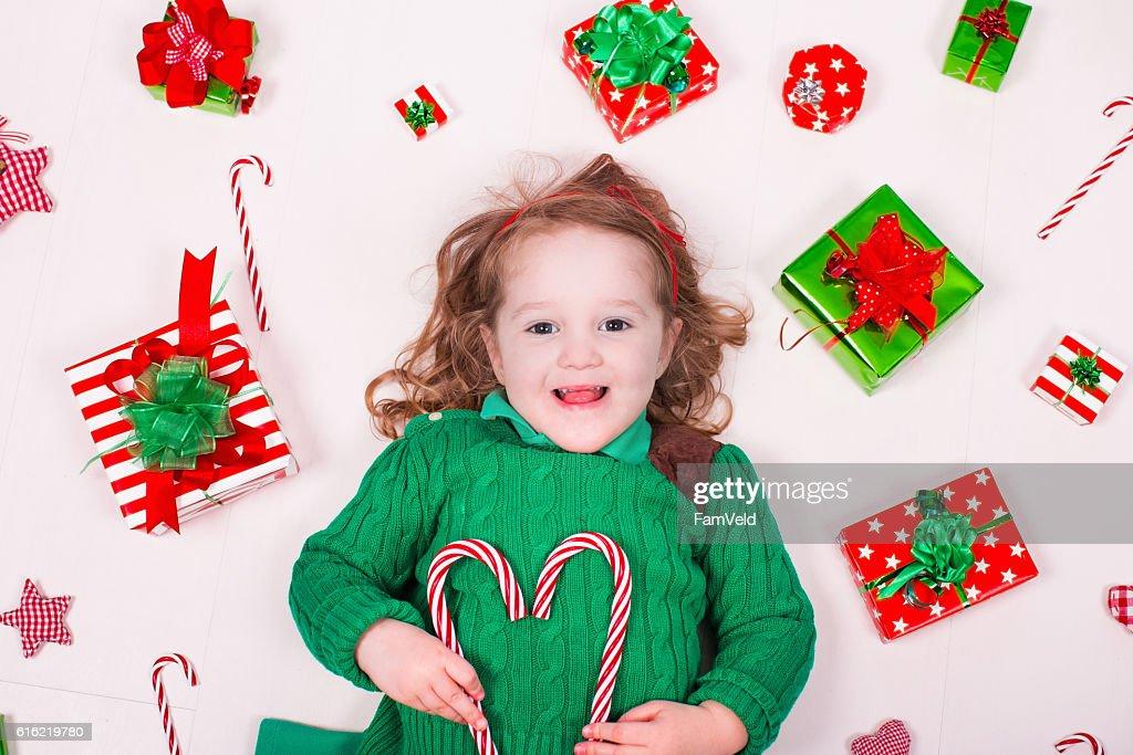 Little girl opening Christmas presents : Bildbanksbilder