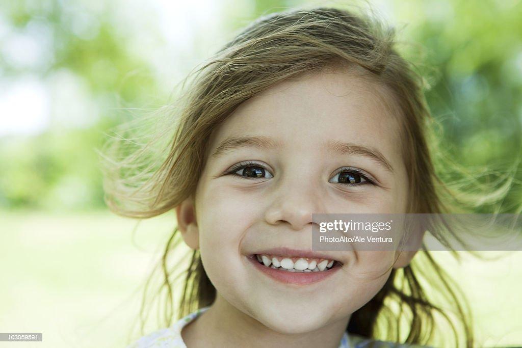 Little girl outdoors, portrait : Foto de stock