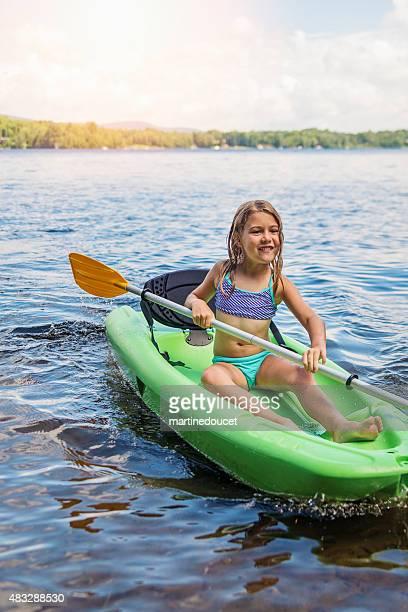 """bambina pagaiare in canoa su un lago in estate natura. - """"martine doucet"""" or martinedoucet foto e immagini stock"""
