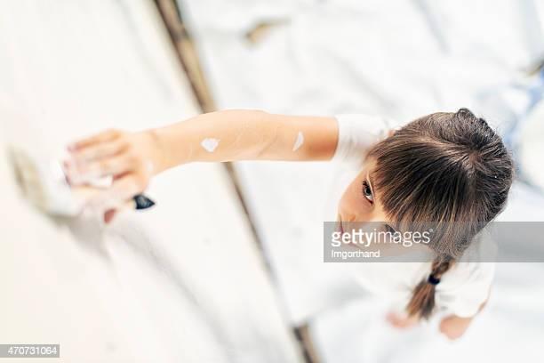 Kleines Mädchen Gemälde in Ihrem Zimmer Weiß