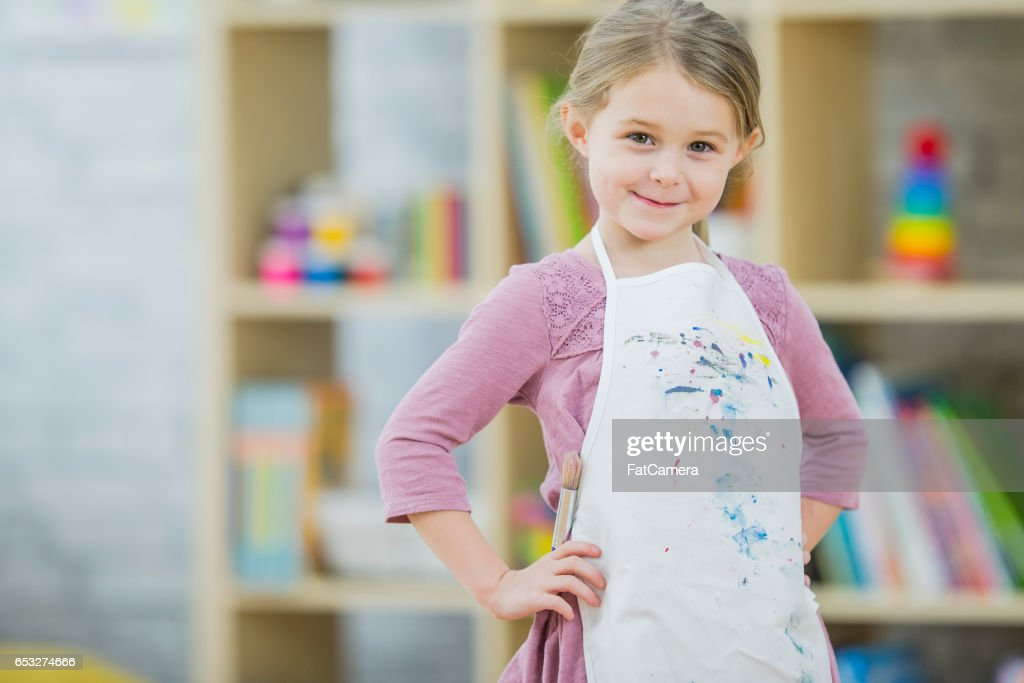 Little Girl Painting in Class : Foto stock
