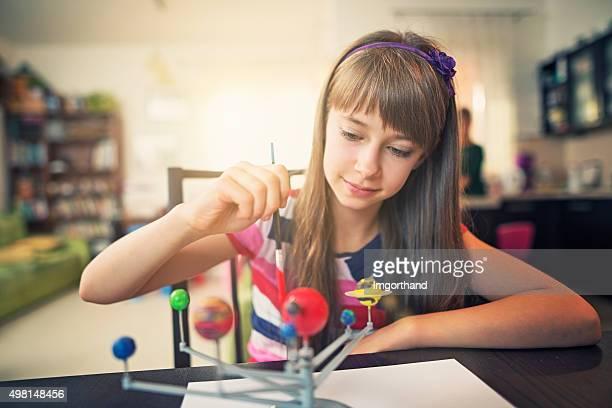 Bambina dipinto di sistema solare modello