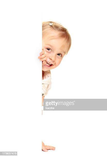 Little girl echar un vistazo entre tras el anuncio.