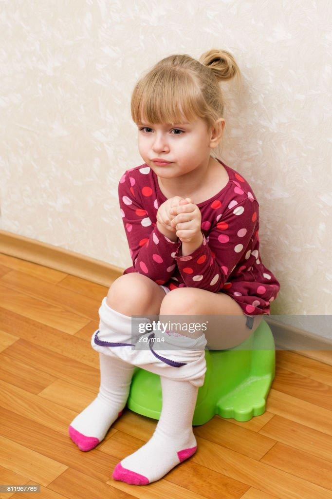 Kleine Mädchen Pissen Auf Dem Töpfchen Stock-Foto - Getty