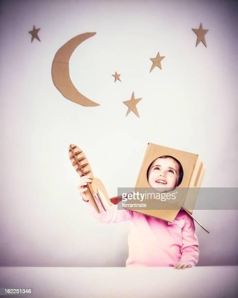 Petite fille jouant des astronautes