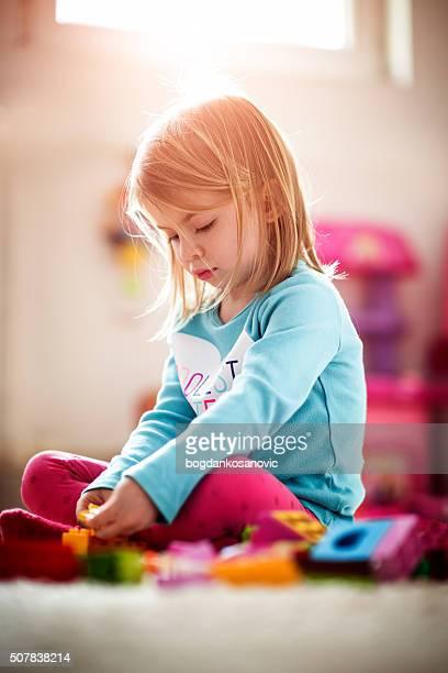 Petite fille jouant chez vous