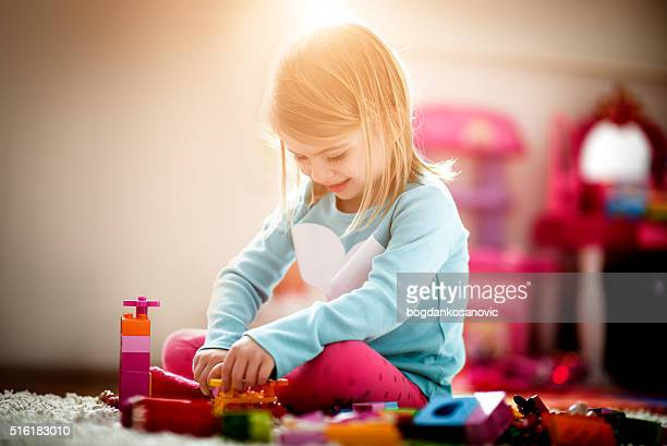 Kleines Mädchen spielt wie zu Hause fühlen.