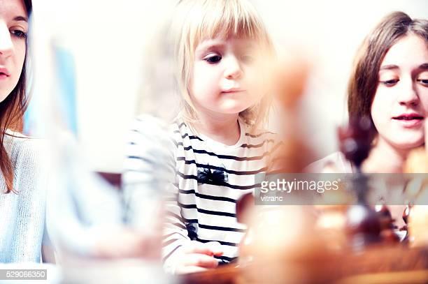 Kleines Mädchen spielt Schach