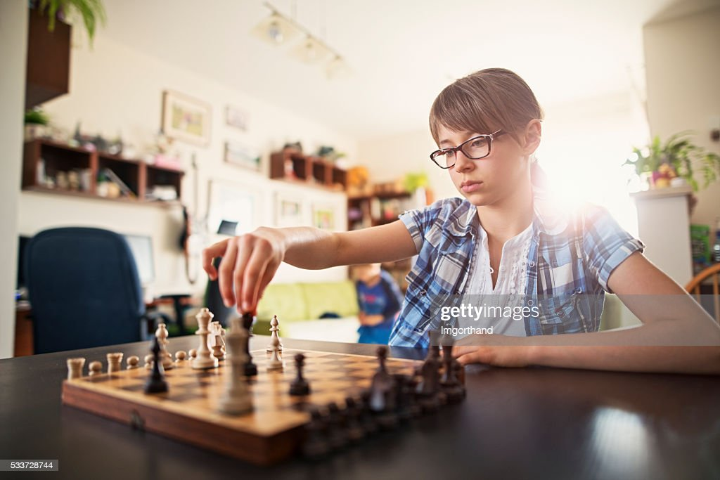 Bambina giocare a scacchi : Foto stock