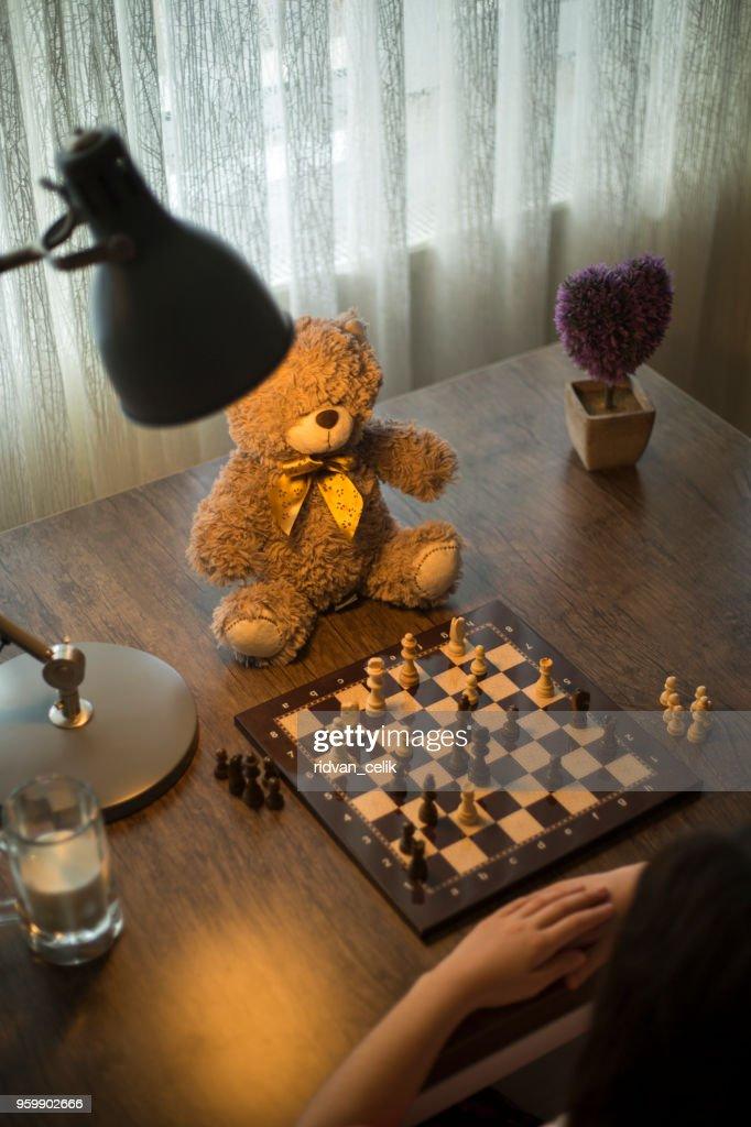 Kleines Mädchen spielt Schach : Stock-Foto