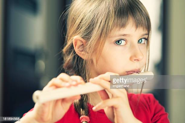 Petite fille jouant de flûte
