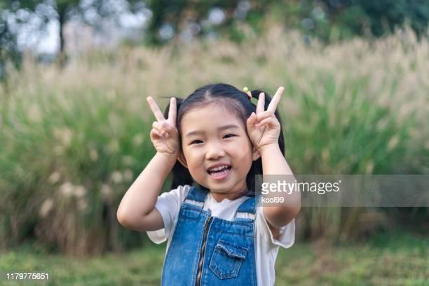 bambina che gioca - 4 5 anni foto e immagini stock