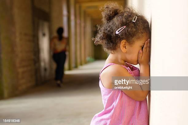 Little Girl (4-5) jugar al escondite con su madre