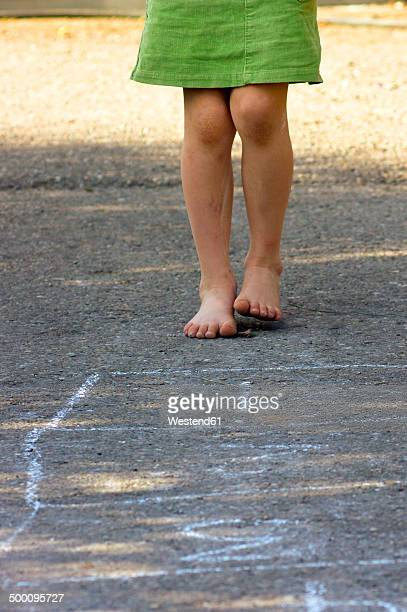 little girl playing hopscotch with naked feet, partial view - partie inférieure photos et images de collection