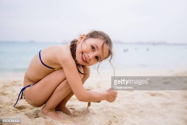 little girl playing on the dubai beach - solo bambine femmine costume da bagno foto e immagini stock