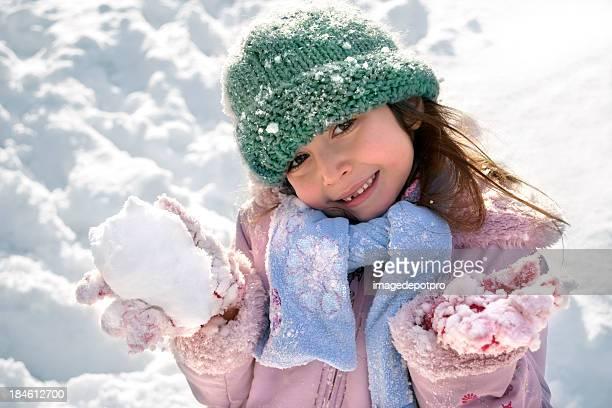 雪玉遊ぶ少女