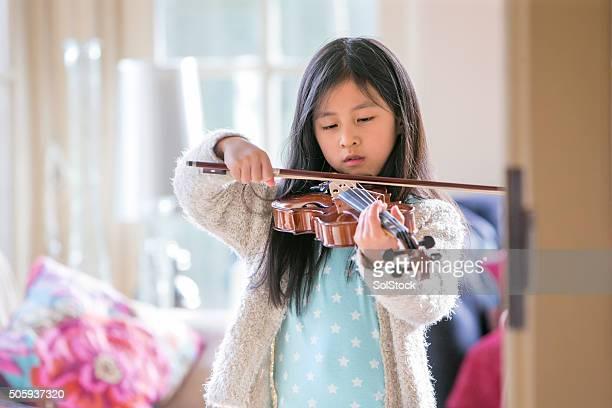Menina a tocar violino
