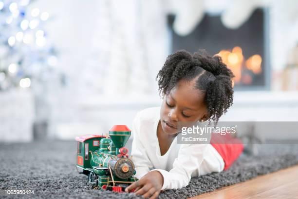 小さな女の子が電車で遊んで
