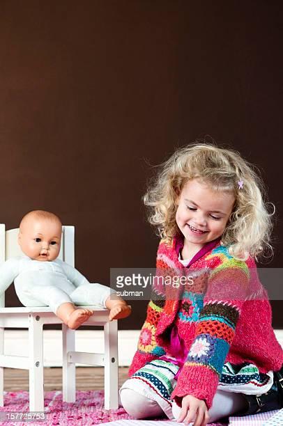 Kleines Mädchen spielt mit ihr doll