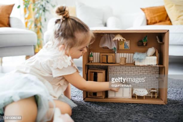 モデルハウスで遊んで小さな女の子 - ドールハウス ストックフォトと画像
