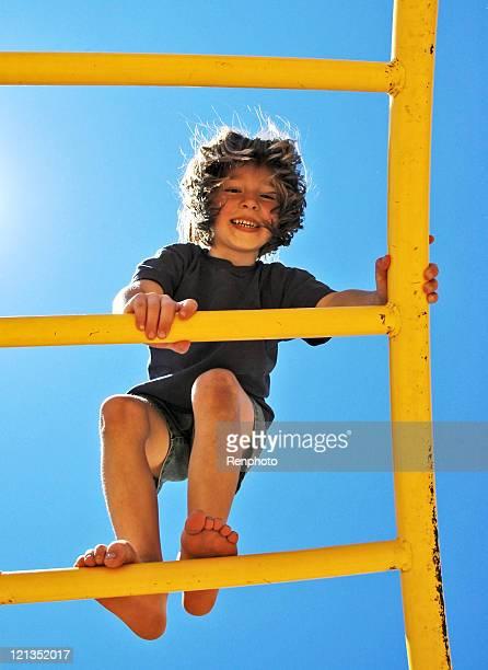 Rapariga Playng na Escada Horizontal
