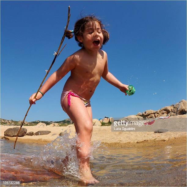 little girl plying on brach - petite fille culotte photos et images de collection