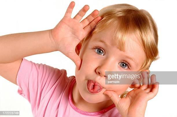 Petite fille de toucher du bout des doigts languettes