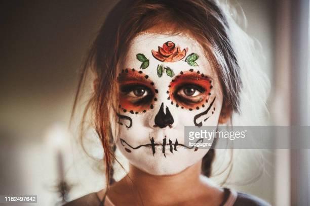 kleines mädchen porträt mit make-up skelett - bühnenschminke stock-fotos und bilder