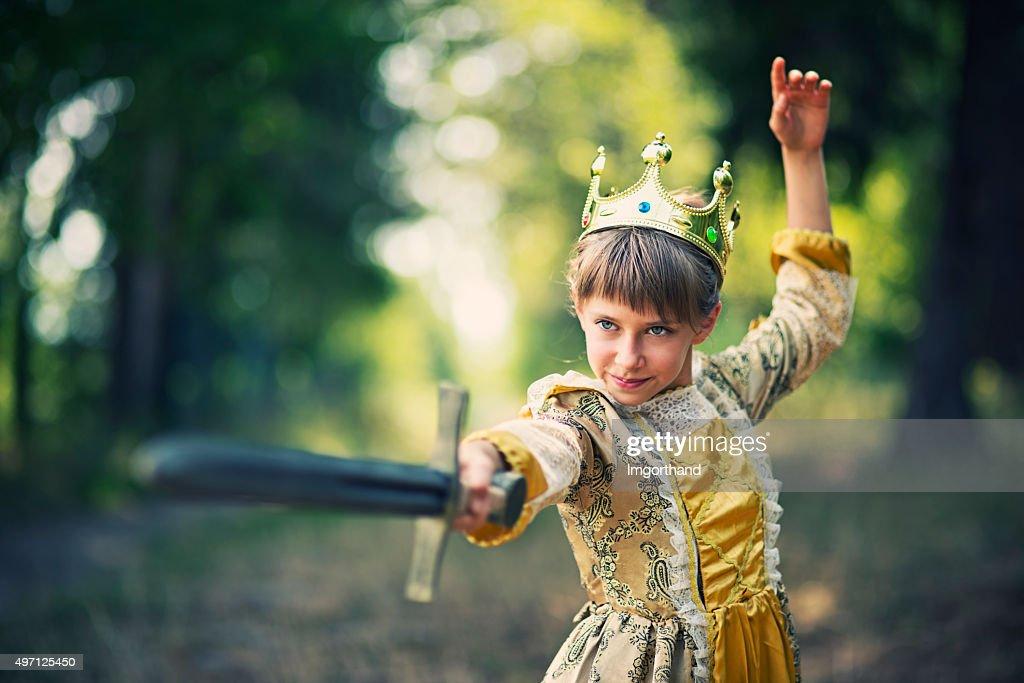 Menina praticando swordplay-princesa que não precisam de poupança : Foto de stock