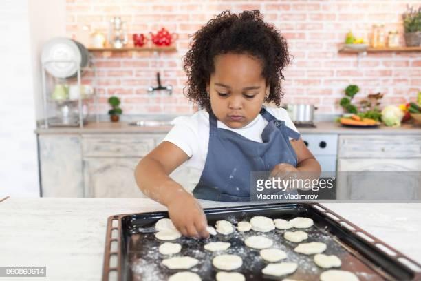 Niña, elaboración de galletas caseras