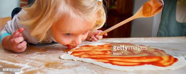 Weinig meisje van de voorbereiding van het Pizza