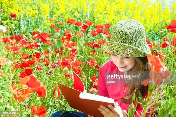 Kleines Mädchen lesen im Frühling