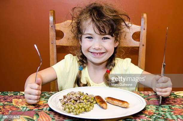 Bambina pronto e felice di mangiare