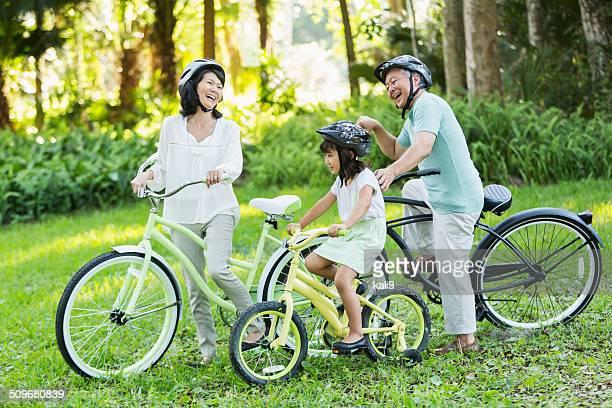 Kleines Mädchen Reiten Fahrräder mit Großeltern