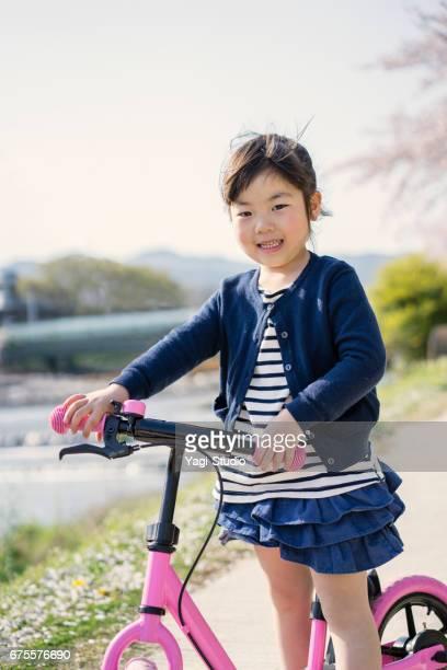 少女屋外で runbike に乗っています。 - 4歳から5歳 ストックフォトと画像