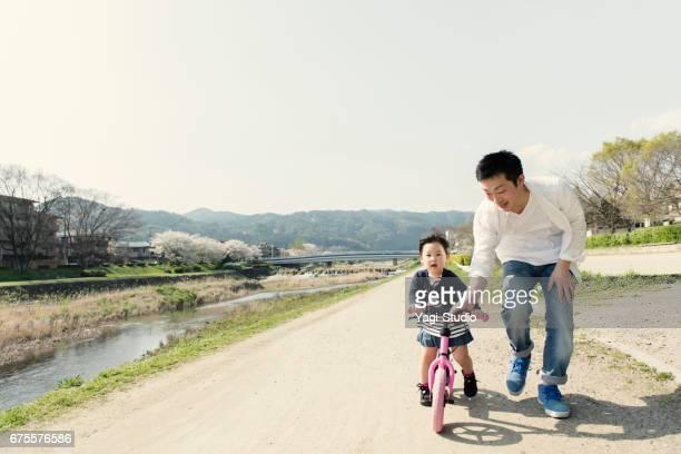 少女の父と runbike に乗って