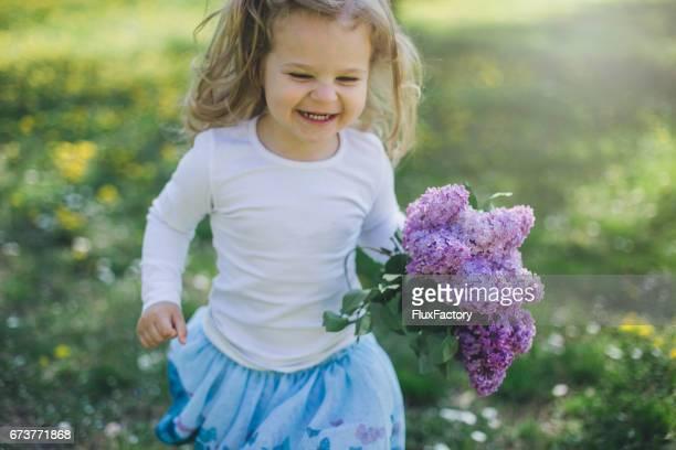 Kleines Mädchen mit Flieder