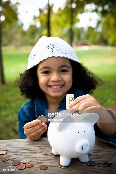 Menina poupar dinheiro