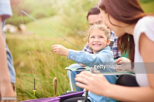 niña con mamá ella es pescado