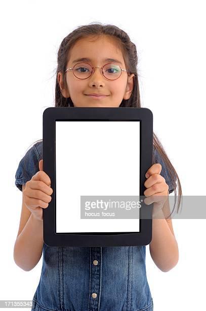 Niña mostrando tablet pc con pantalla blanca